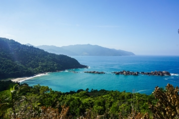 Blick über die Küste der Ilhabela in Brasilien