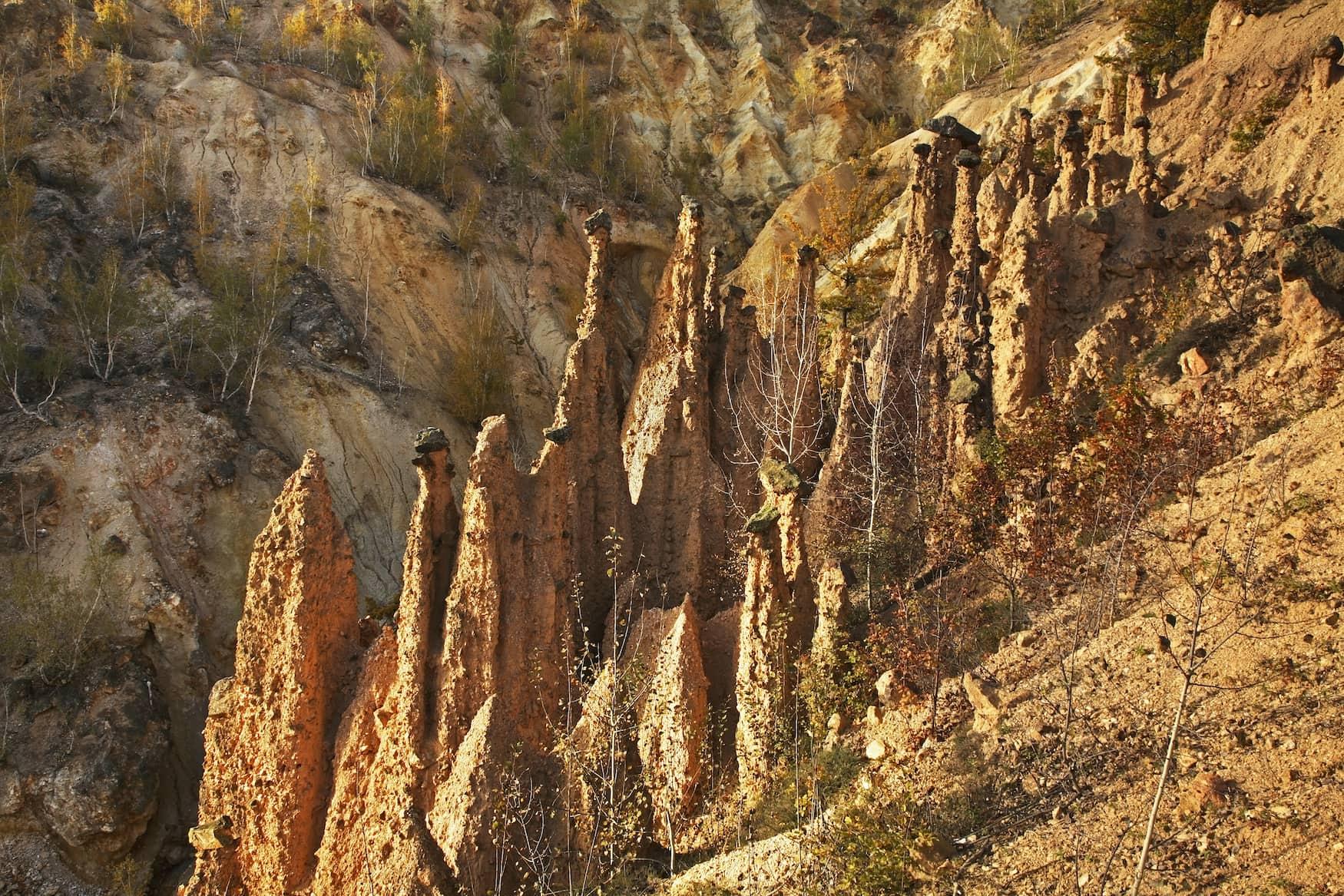 Die rötlichen Felsformationen im Radan-Gebirge