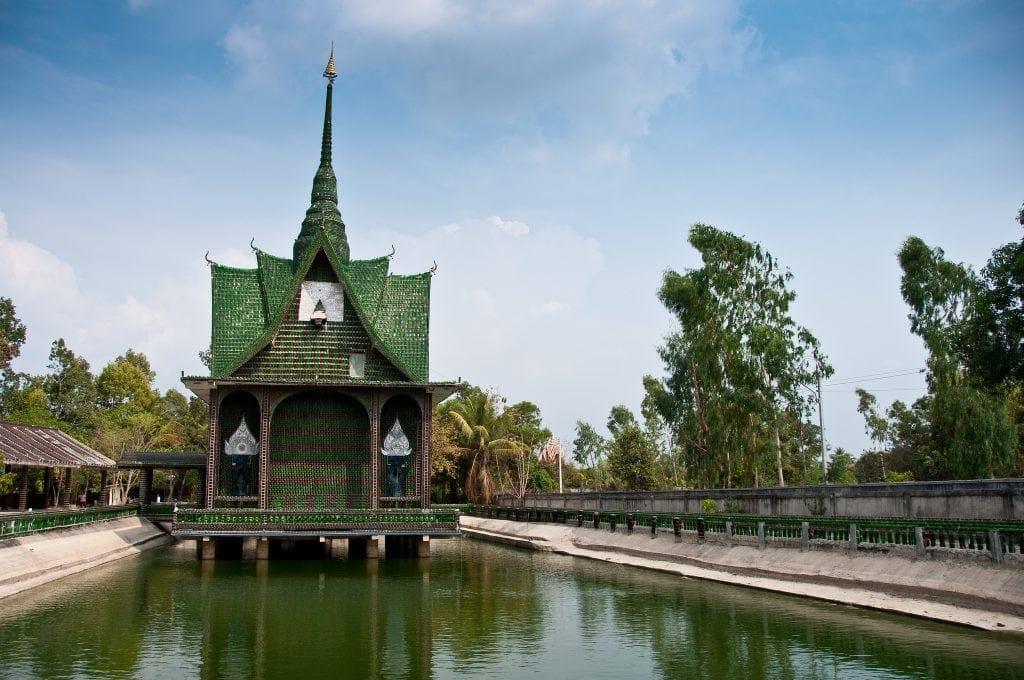 Tempel aus Millionen von Flaschen in Thailand.
