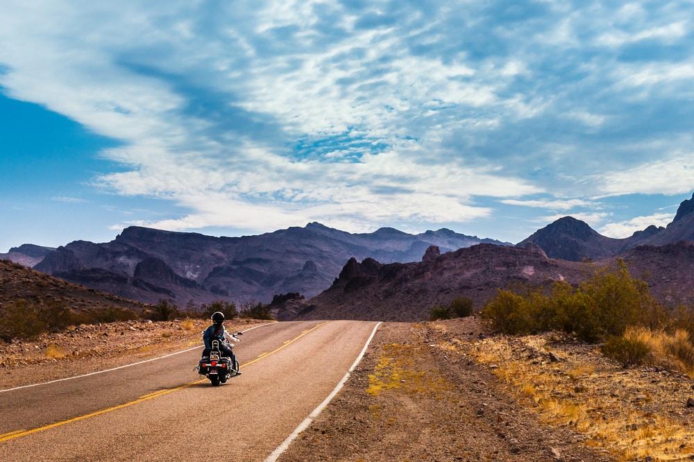 Ein einsamer Biker düst gen Oatman auf der Route 66 in Arizona.