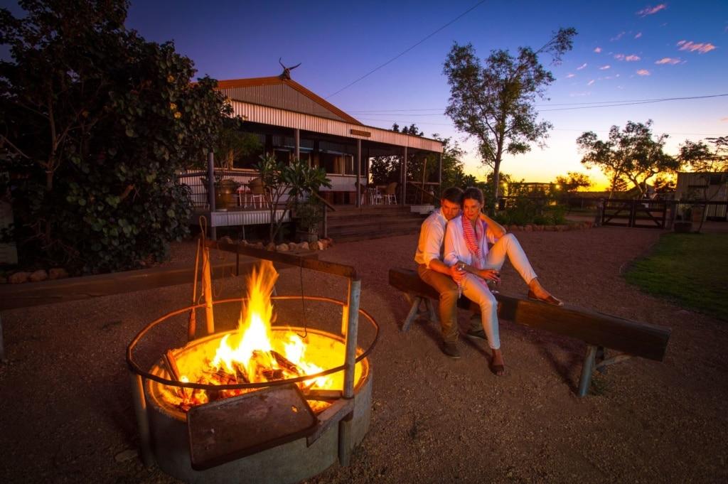 Paar am Lagerfeuer in Australien