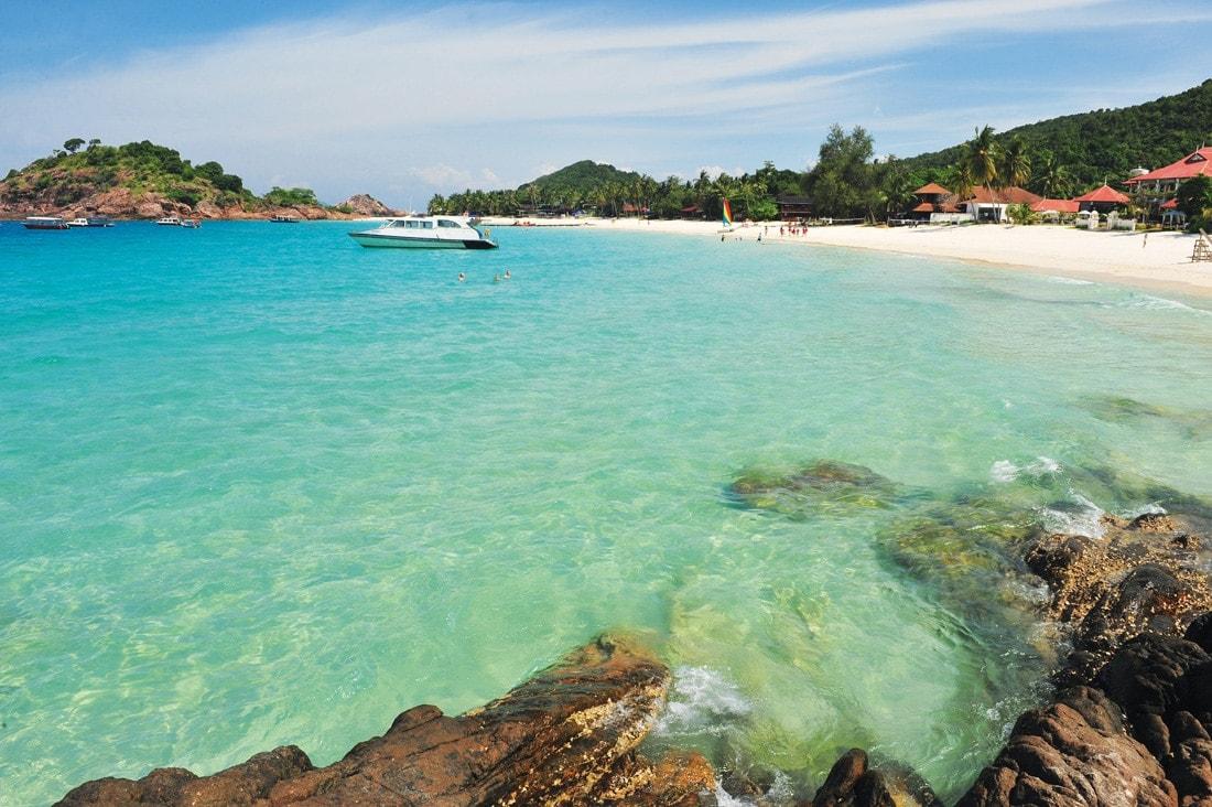 Blick auf den Strand und das Meer vor der Insel Tioman in Malaysia