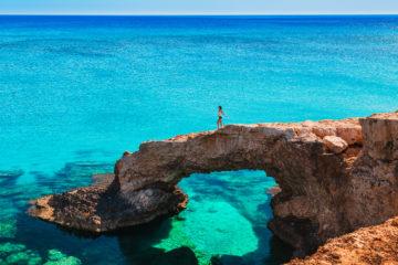 Urlauberin auf einem Felsen auf Zypern im November