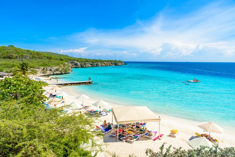 Weißer Sandstrand und strahlendes türkisfarbenes Wasser auf Curacao