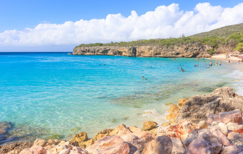 Strahlend blaues Wasser vor der Küste Curacaos