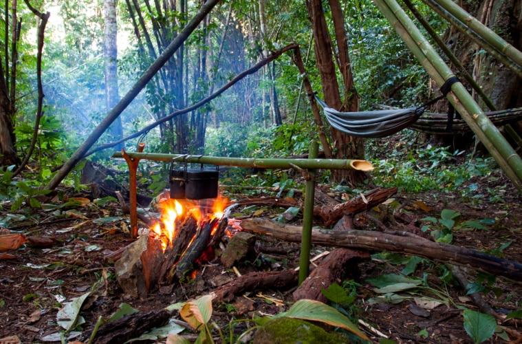 Dschungel Barbecue mit Feuer und Hängematte