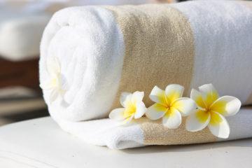 Handtuch im Luxushotel mit Blumengesteck