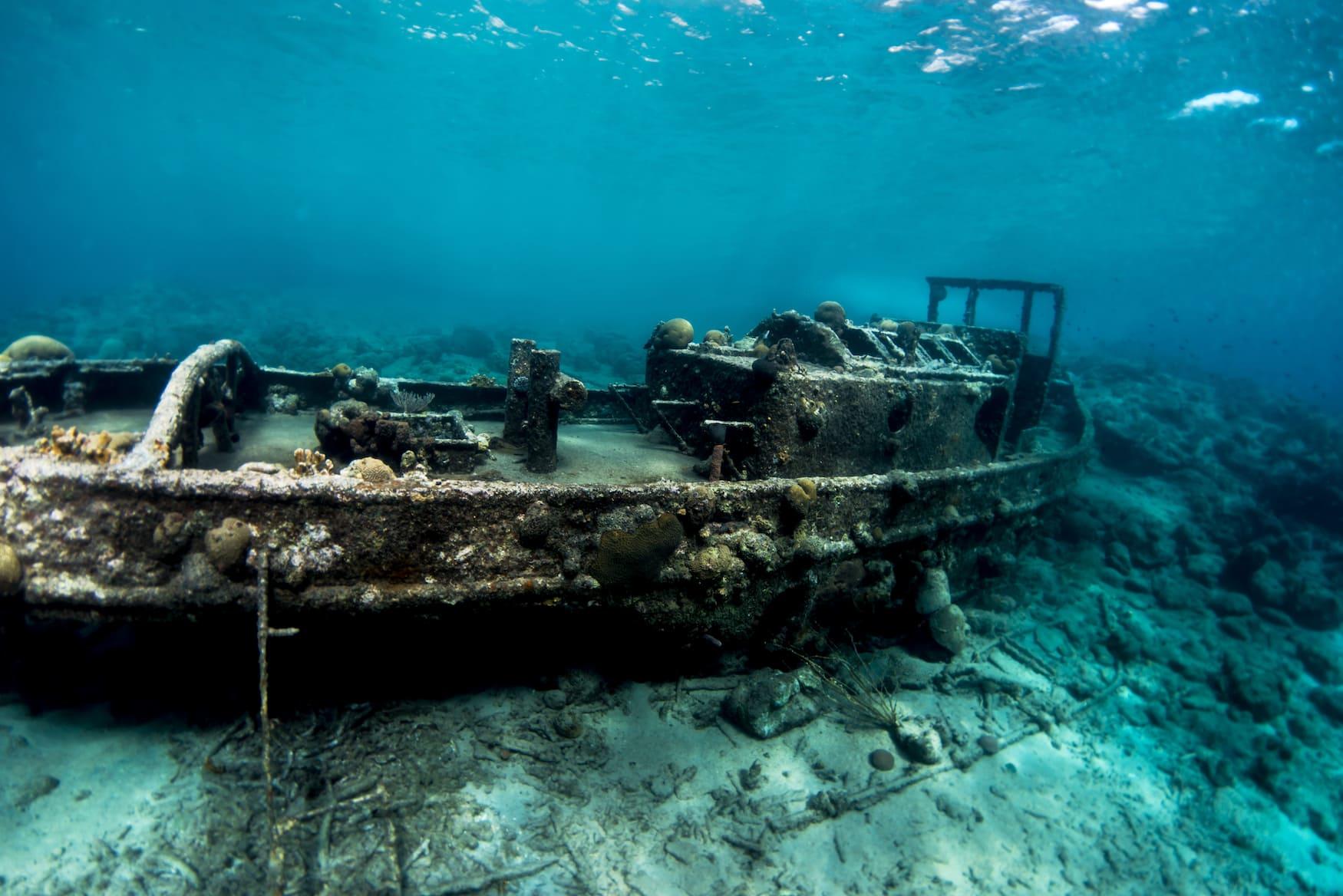 Schiffswrack unter Wasser vor Curacao in der Karibik