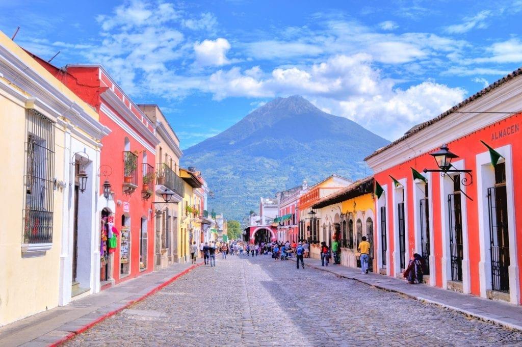 Blick auf die Kolonialstadt Antigua in Guatemala