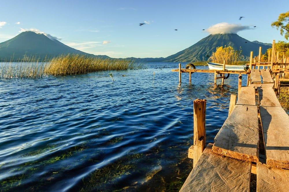 Blick auf den Atitlan-See in Guatemala