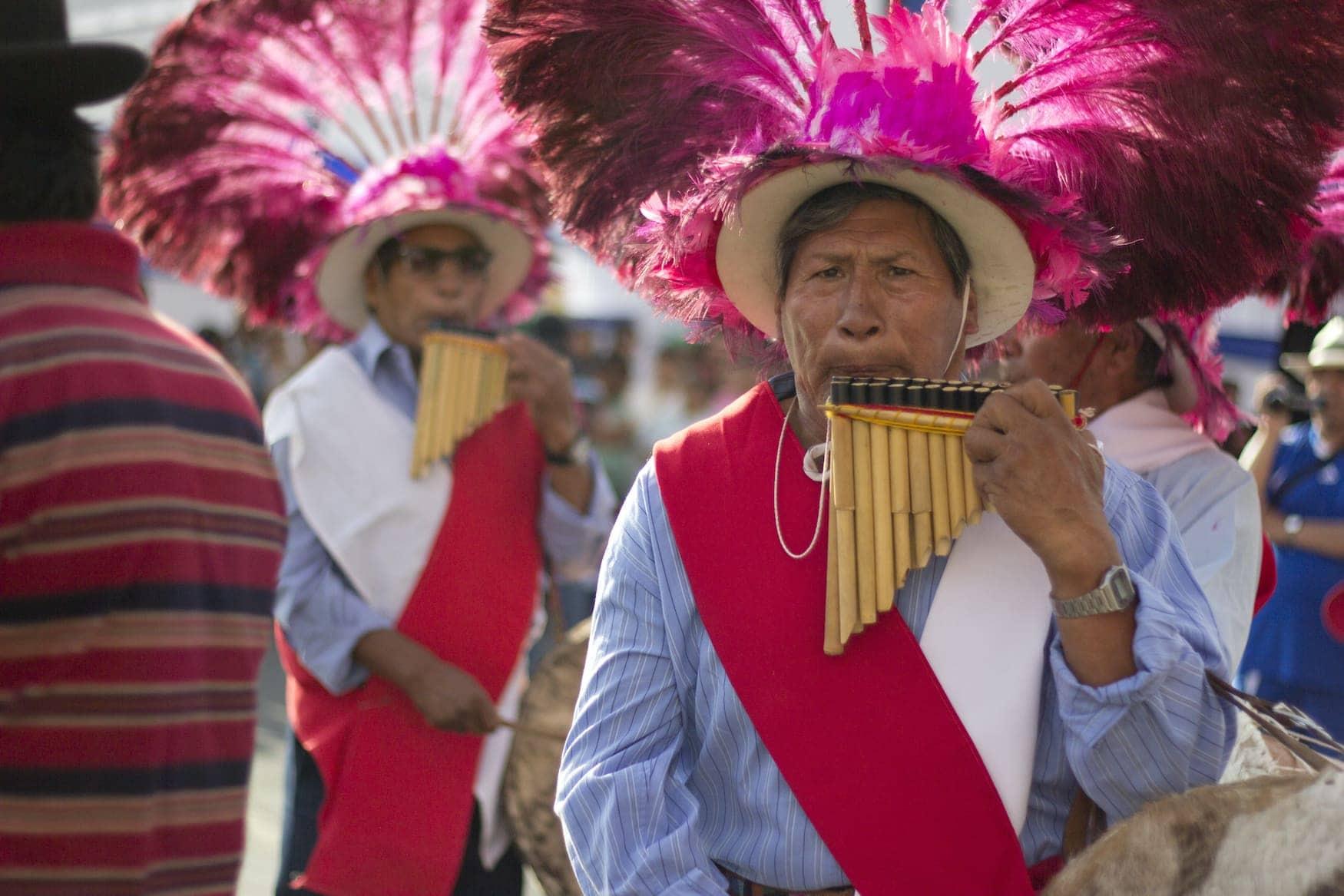 Chilenischer Ureinwohner mit Hut und Flöte