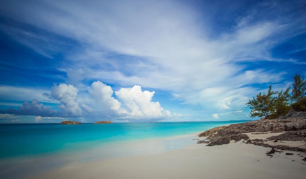 Blick auf den Strand in Exuma auf den Bahamas