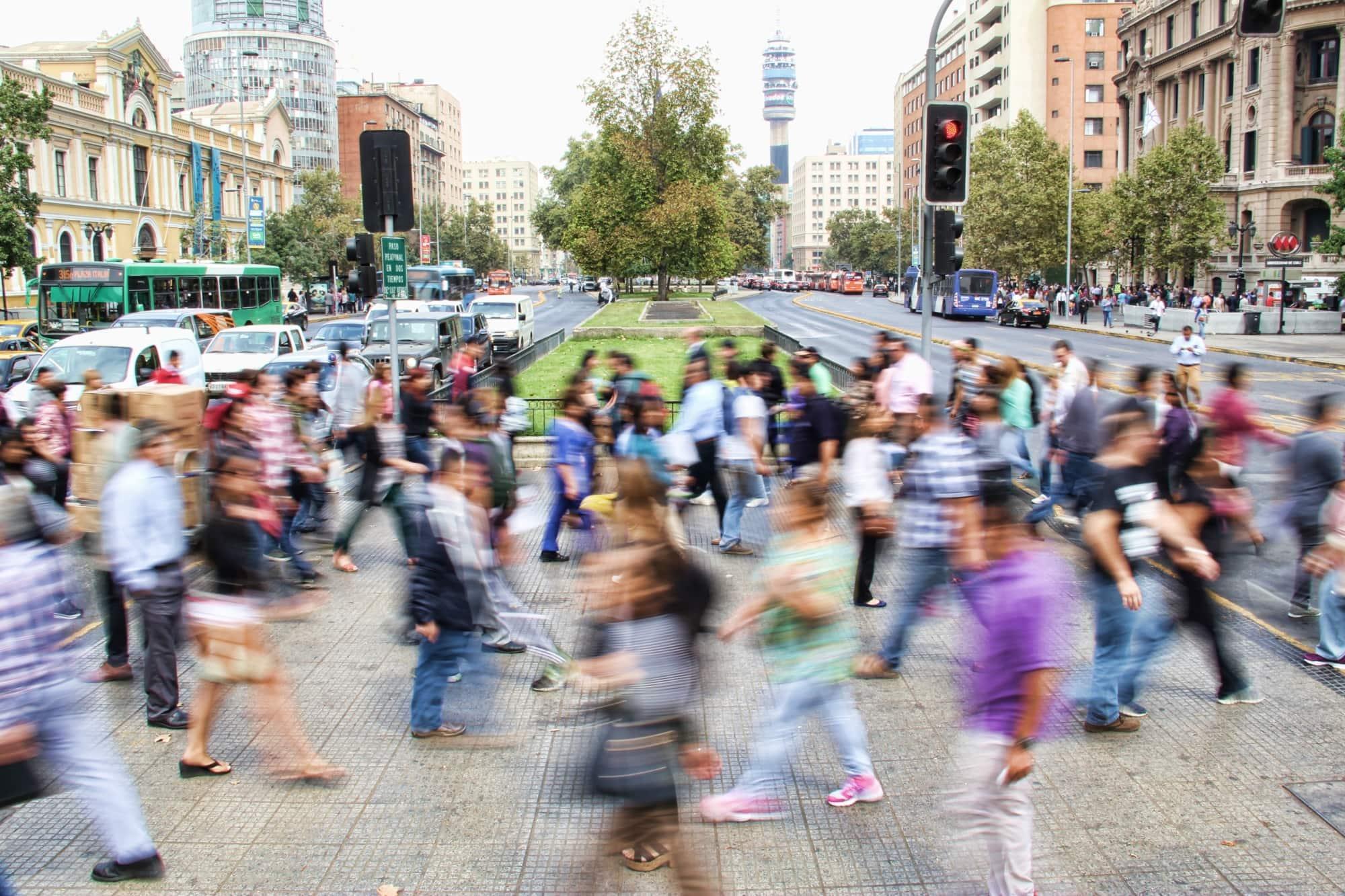 Menschen laufen durcheinander auf den Straßen von Santiago de Chile