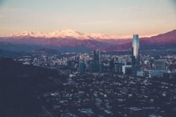 Skyline Santiago de Chile bei Dämmerung