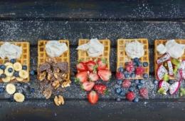 Fünf Waffeln mit Früchten und Sahne