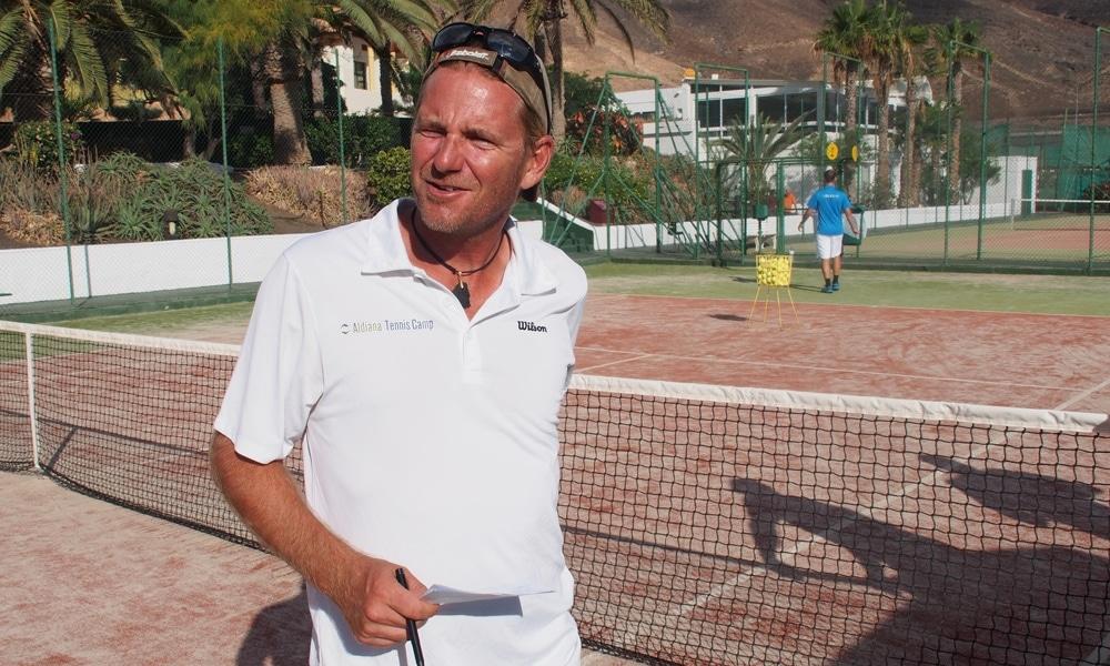 Cheftrainer Holger auf dem Tennisplatz
