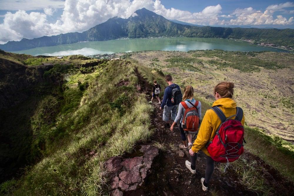 Wandergruppe auf dem Weg zum Batursee auf Bali