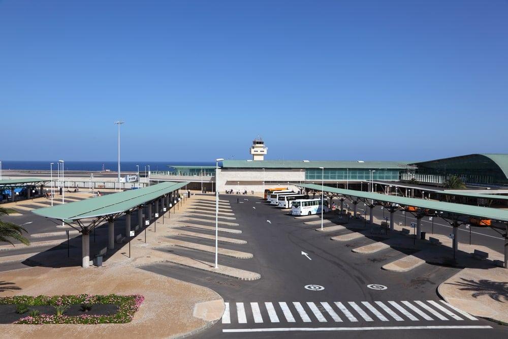 Bushaltestellen am Flughafen Fuerteventura aus der Vogelperspektive