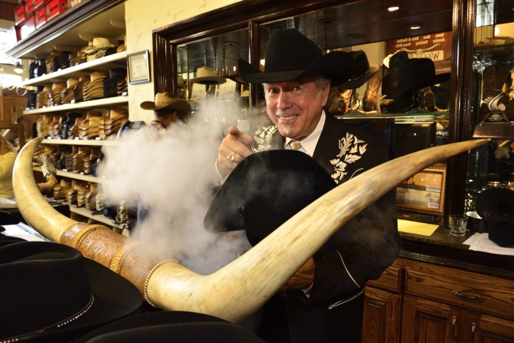 Bill Dewbre von Wild Bills Western Store formt einen Cowboyhut unter Dampf, Dallas, Texas, USA