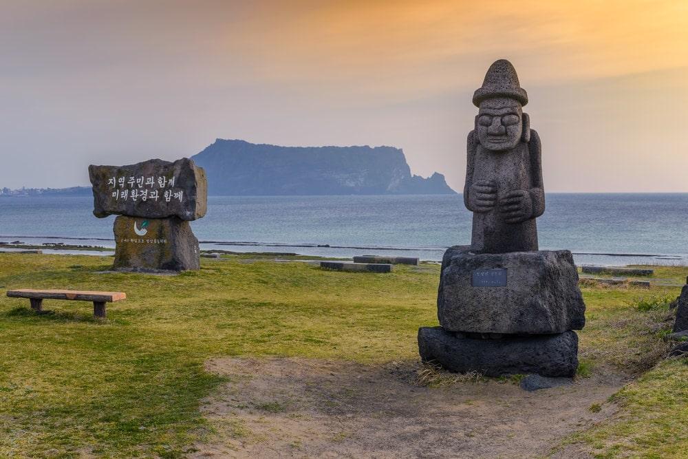 Dol hareubang statue and Jeju-do Seongsan Ilchulbong, Jeju Island, Südkorea