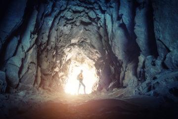 Österreichs Höhlen: Frau wandert durch Höhle