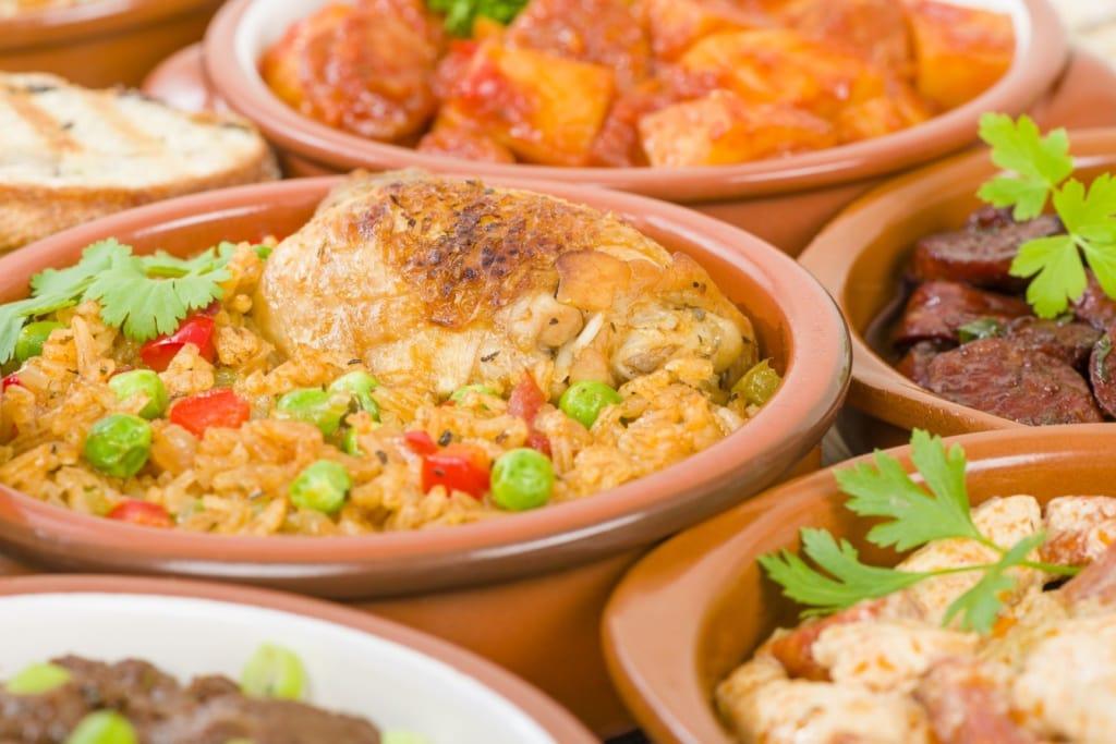 Kubanisches Essen in kleinen Schüsseln