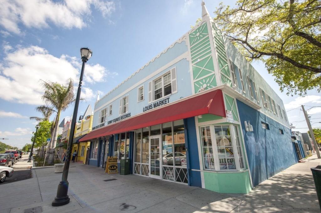 Sidewalk-Shopping in Little Haiti in Miami