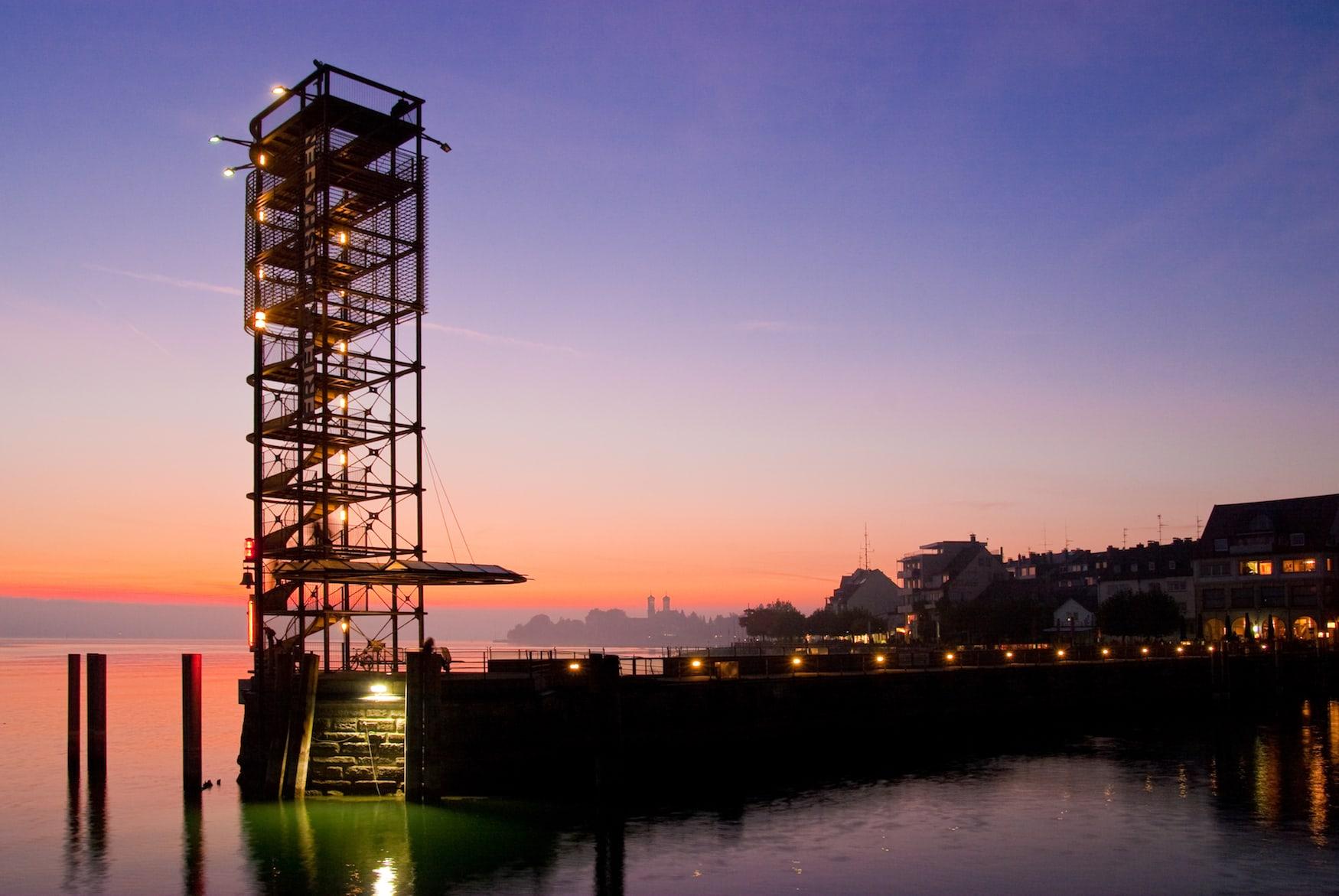 Moleturm in Friedrichshafen bei Nacht