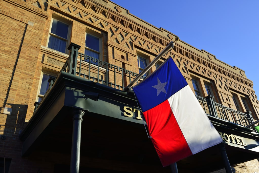 Texas Flagge vor dem Stockyards Hotel, Stockyards National Historic District, Fort Worth, Texas, USA