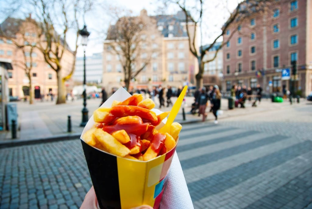 Tüte mit Fritten und Ketchup in Brüssel