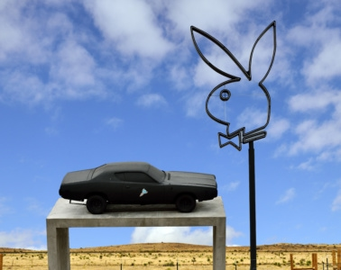 Playboy Bunny und Sportwagen auf einem Betonsockel, der aussieht wie Donald Judd's Minimalistic Art, Marfa, Texas, USA
