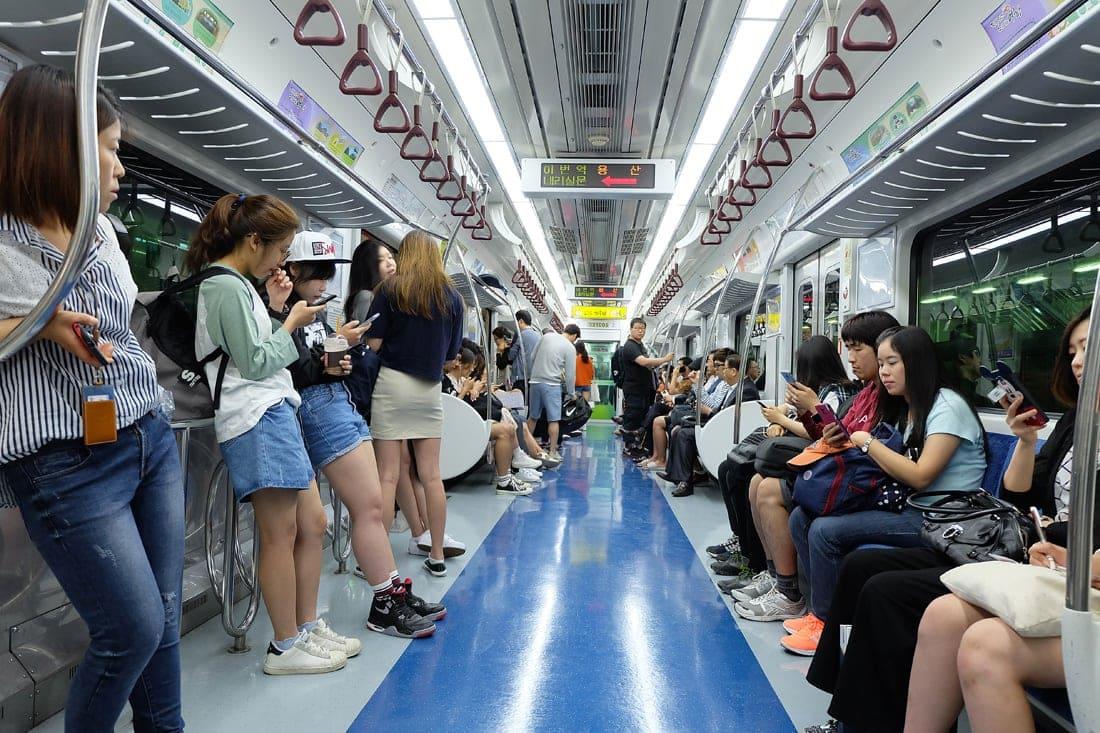 Menschen in der U-Bahn in Seoul, Südkorea