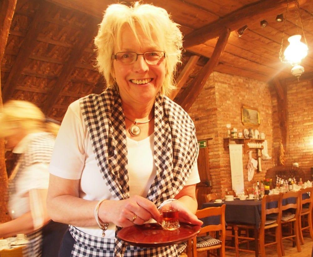 Eine Kellnerin serviert einen Schnaps im Papenbörger Hus im Emsland