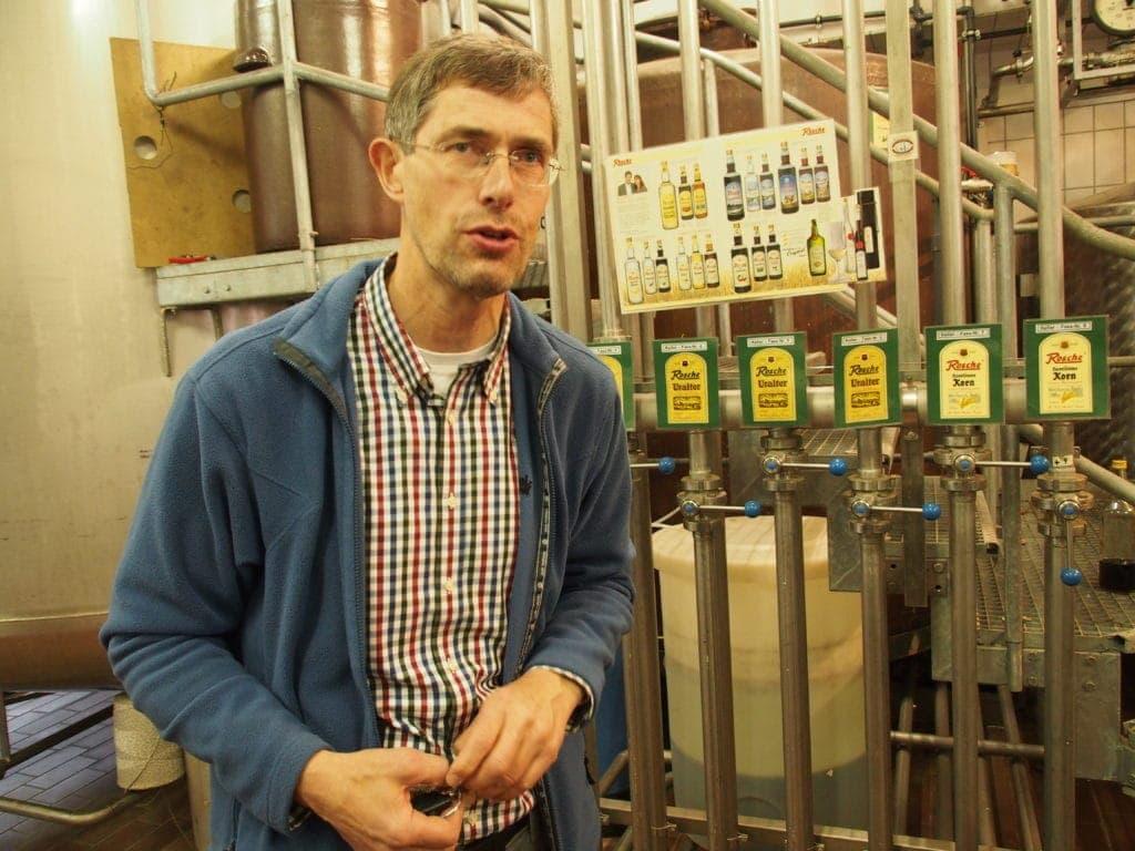 Josef Rosche, Chef der Edelkorn-Brennerei in Haselünne im Emsland, während eines Rundgangs