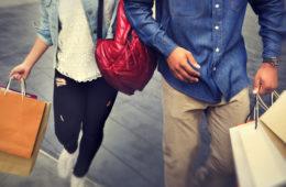 Mit dem Bus zur Sawgrass Mills Mall: Paar beim Shoppen