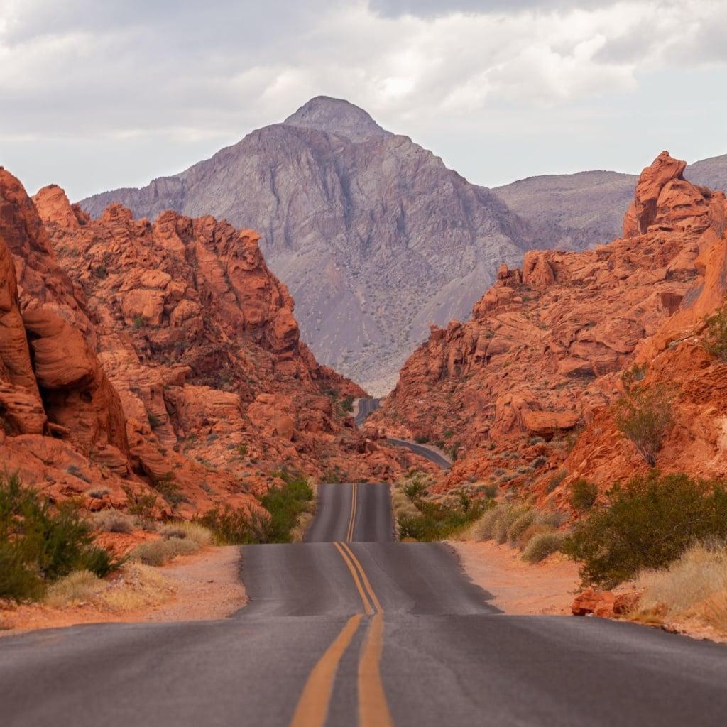 Straße, die durch das Valley of Fire in Nevada führt