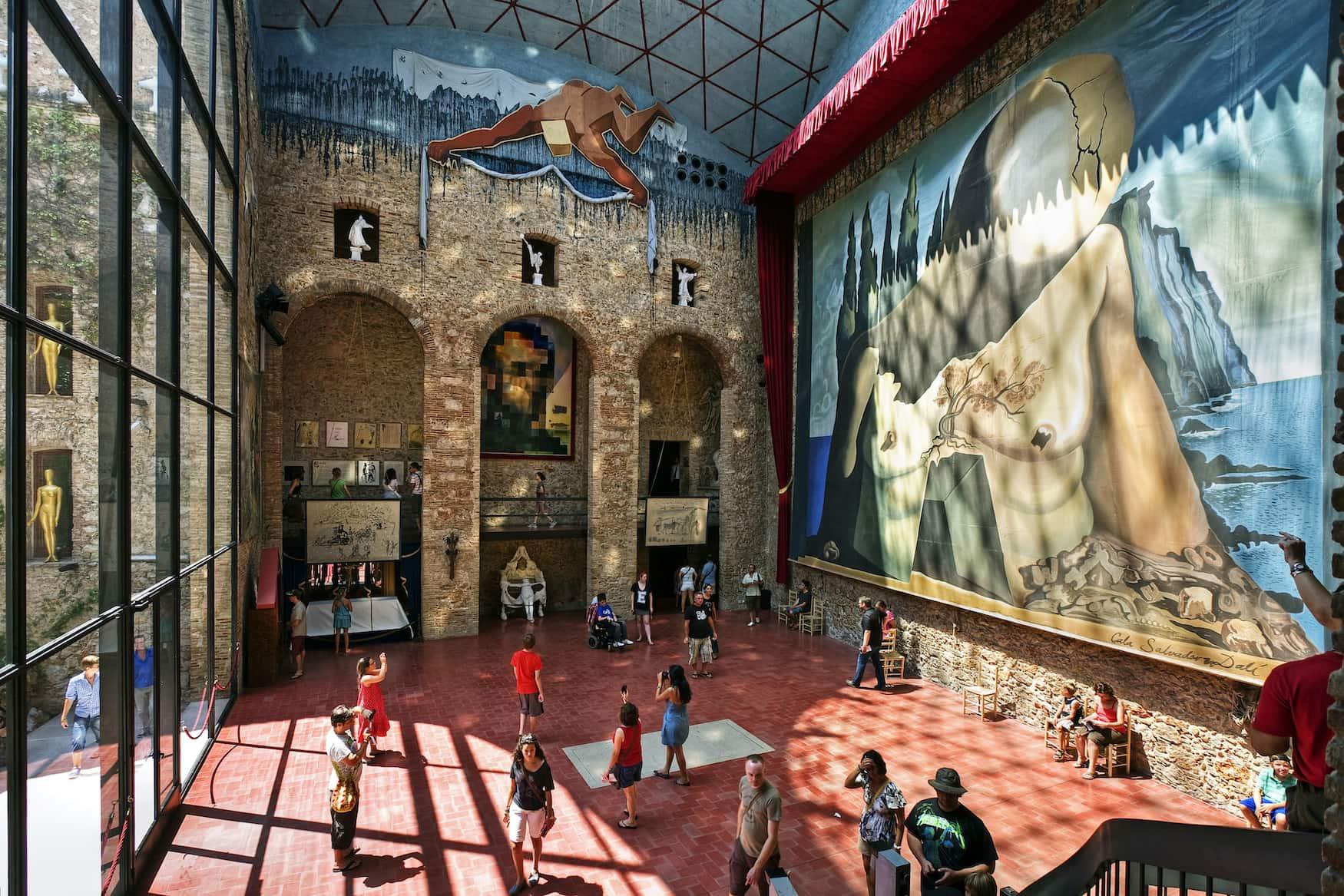 Salvador Dalí hat eines der bekanntesten Meisterwerke der Welt gemalt. In Figueres ist ihm ein Museum gewidmet.