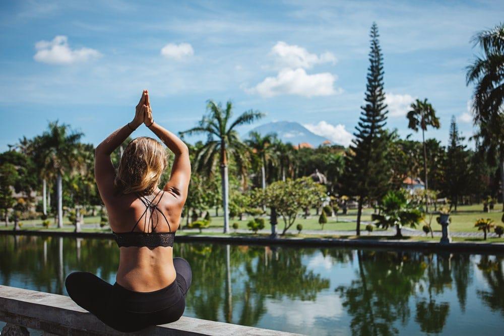 Frau in Yoga-Pose Bali