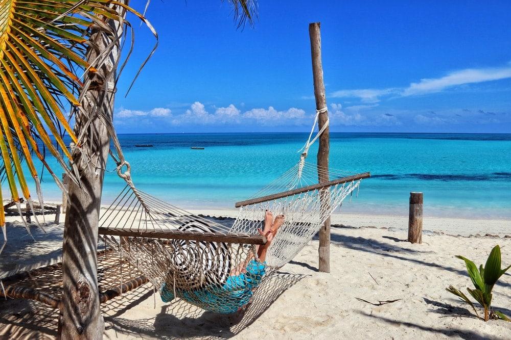 Frau auf Hängematte in Sansibar am Strand