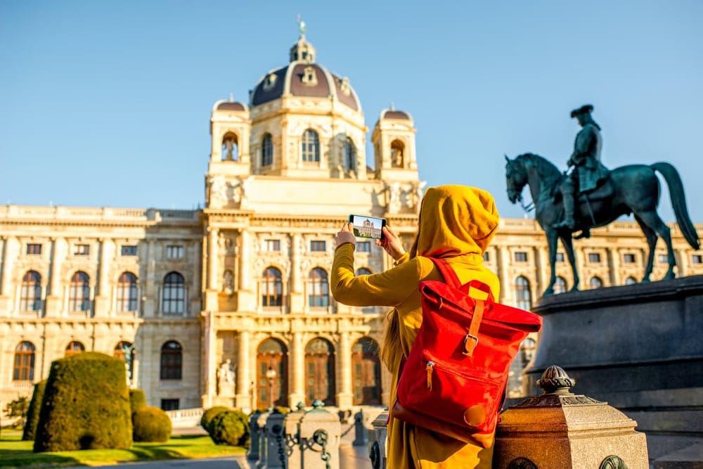 Mädchen fotografiert altes Gebäude in Wien