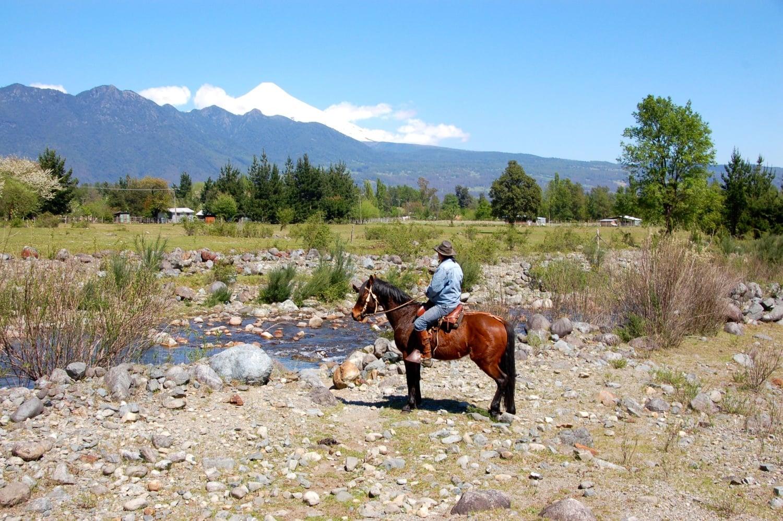 Mann auf Pferd in Atacama-Wüste