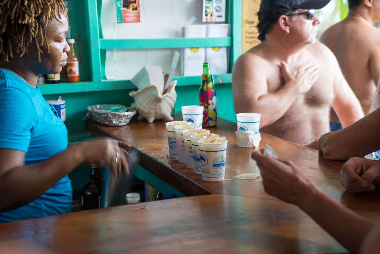 Einheimische Kellnerin bedient Touristen in Café