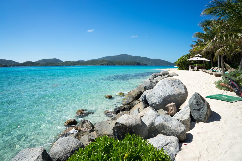 Traumkulisse auf den Britischen Jungferninseln: weißer Sandstrand und türkises Meer