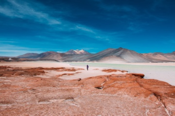 Einsamer Mann in Atacama Wüste in Chile
