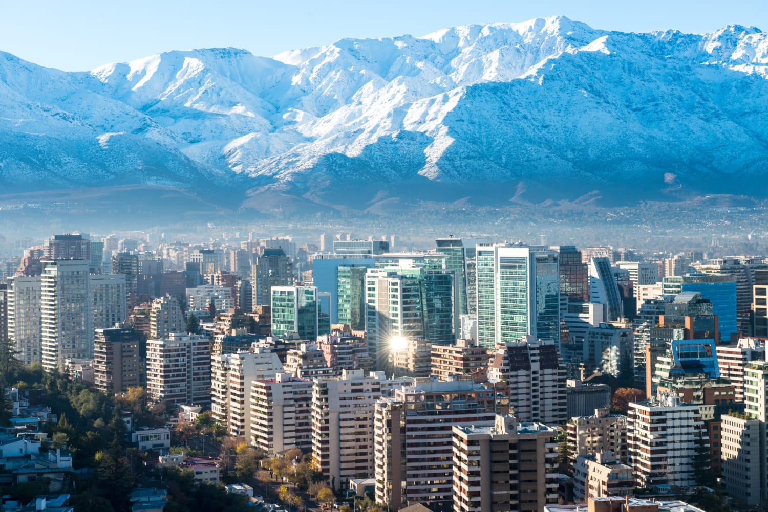 Skyline Santiago de Chile in den Bergen