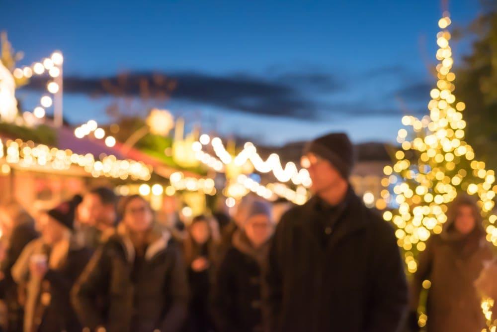 Advent in Edinburgh: Besucher des Weihnachtsmarktes