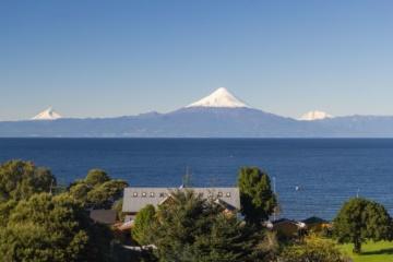 Blick auf See und Vulkan in Frutillar, Chile