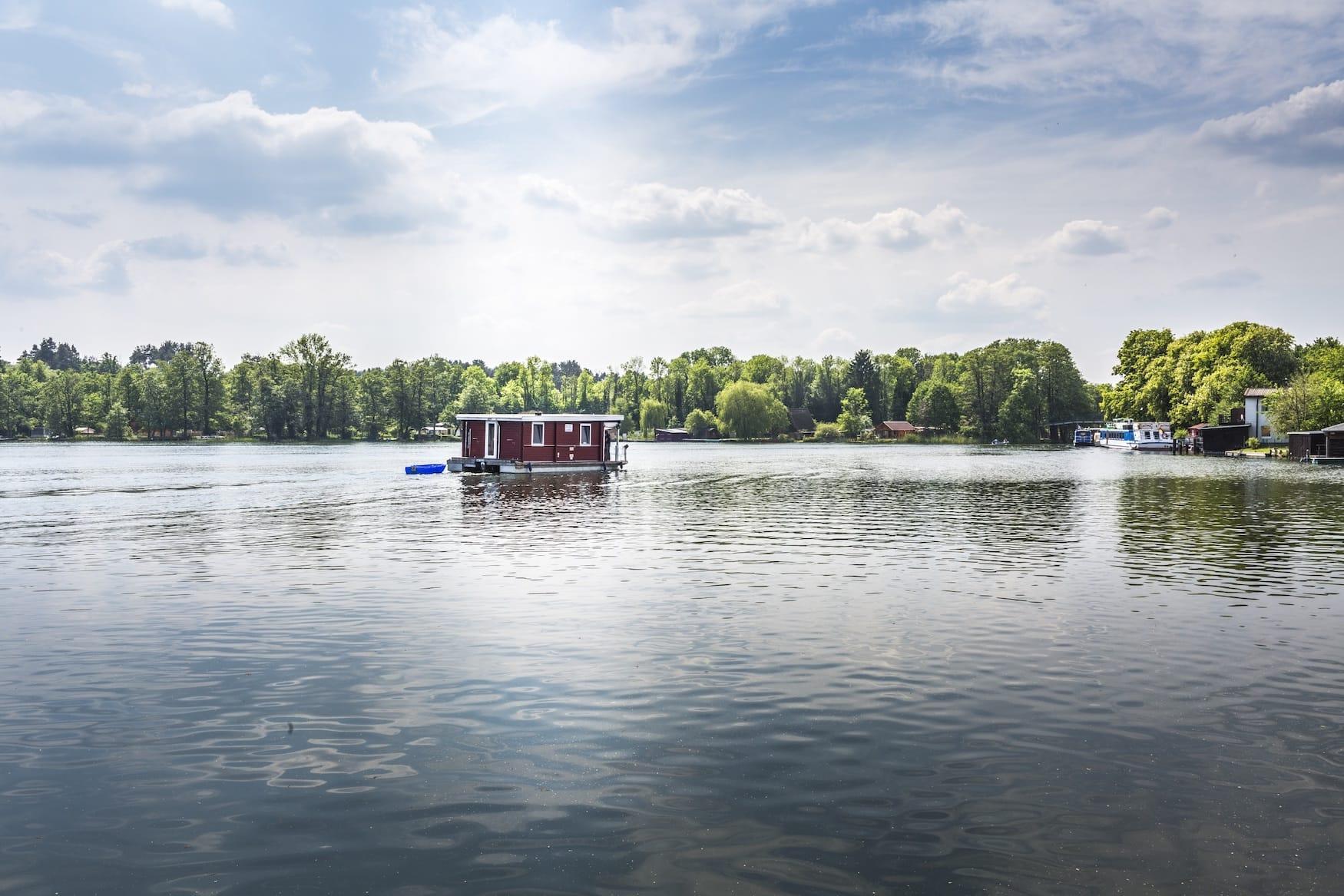 Hausboot auf See in Lychen entlang des Märkischen Landweges