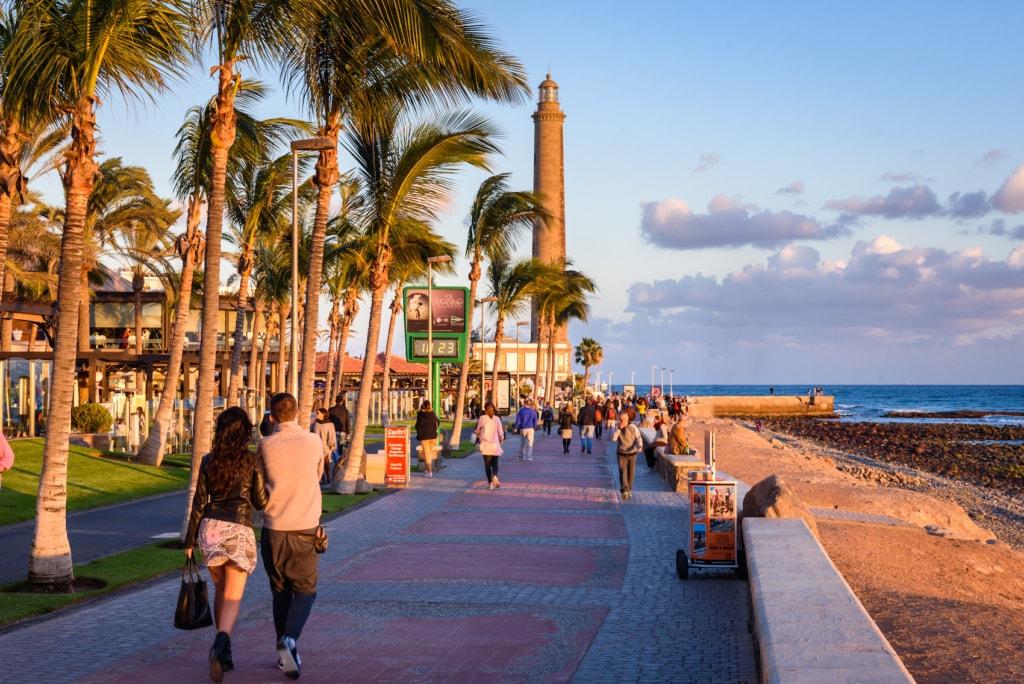 Die Strandpromenade von Maspalomas auf Gran Canaria lädt zum Bummeln und Shoppen ein.
