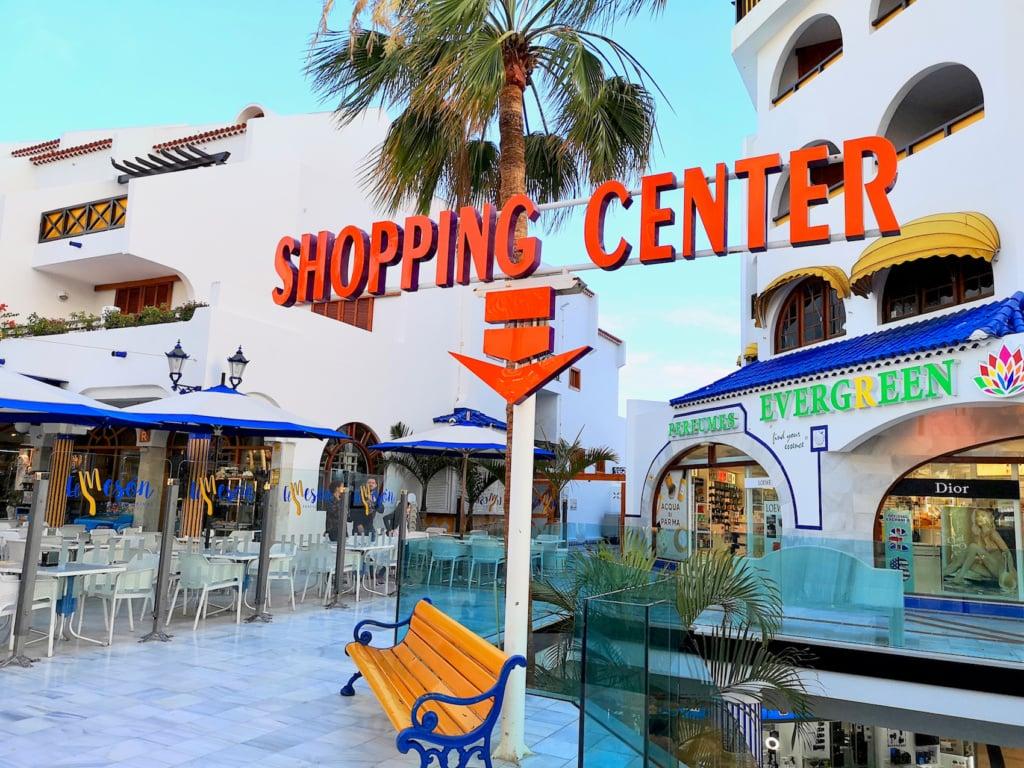 Auf der Avenida de las Americas auf Teneriffa werden Shoppingfans garantiert fündig.